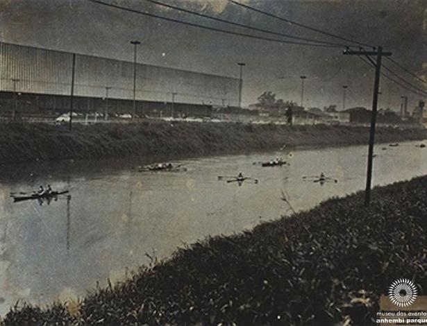 No site é possível ver curiosidades como a última regata ocorrida no Rio Tietê, em 1972. O pavilhão do Anhembi aparece ao fundo - Divulgação/Museu dos Eventos do Anhembi