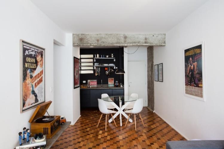 O apartamento 43 teve reforma e design de interiores assinados por Marcel Steiner. O piso de tacos que combina ipê e peroba rosa - original da residência - foi mantido e extendido até a cozinha que possuia chão revestido por cerâmica vermelha