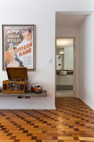 O chão de tacos de peroba rosa e ipê é a grande vedete do Apartamento 43, datado da década de 1960 e reformado pelo designer de interiores Marcel Steiner. Na decoração, objetos cult e pôsteres de filmes icônicos