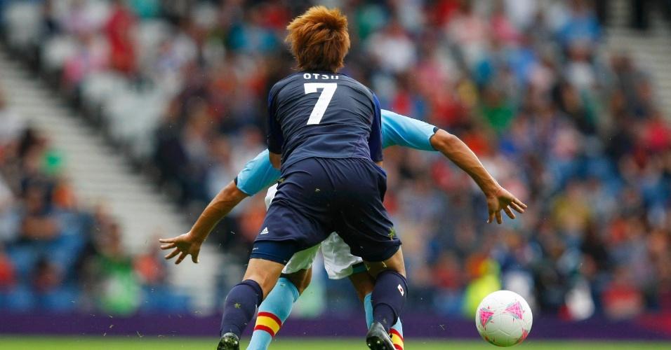 Otsu, do Japão, para na marcação de Montoya, da Espanha, em vitória japonesa por 1 a 0 no futebol masculino da Olimpíada de Londres (26/07/2012)
