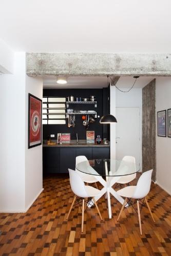 """Parte das vigas e pilares do Apartamento 43, decorado por Marcel Steiner, foi """"descascada"""" para que o concreto ficasse aparente. Para ampliar o espaço, a parede que dividia os ambientes da cozinha e da sala foi suprimida"""