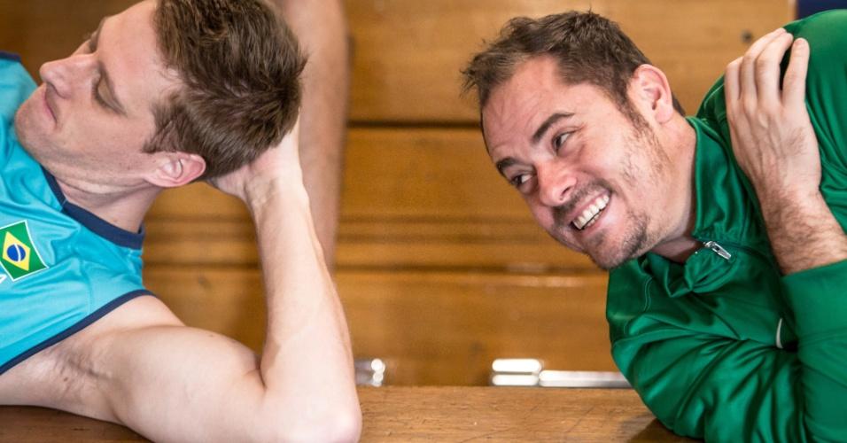 Ricardinho (dir) sorri durante treino da seleção brasileira masculina de vôlei