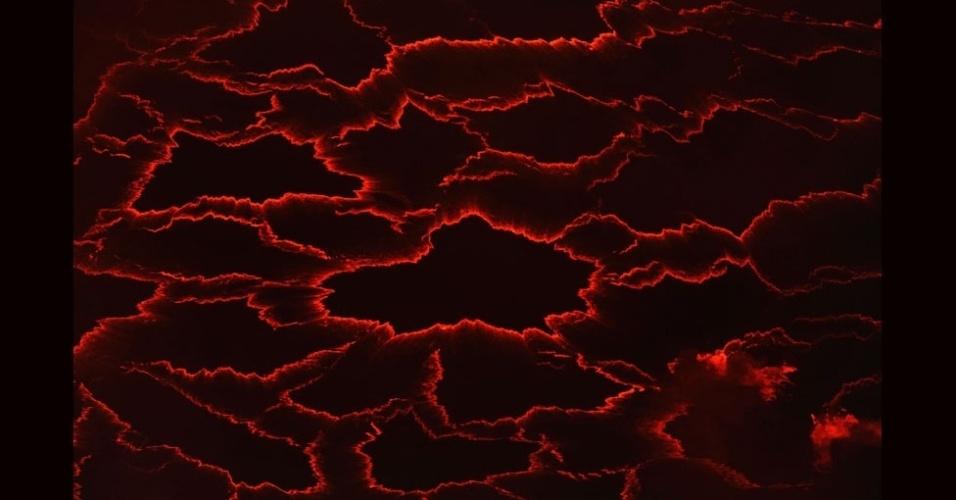 27.jul.2012 - A aventura resultou em imagens curiosas. Aqui, é possível notar a beleza geométrica de um mar de lava