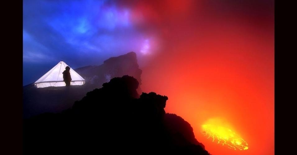 27.jul.2012 - A equipe tinha que ficar atenta às direções do vento para evitar a nuvem de gases tóxicos, criada pela erupção