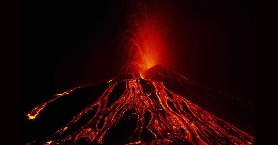 27.jul.2012 - À noite, as imagens da lava ficavam ainda mais impressionantes e revelam a silhueta do vulcão Nyiragongo