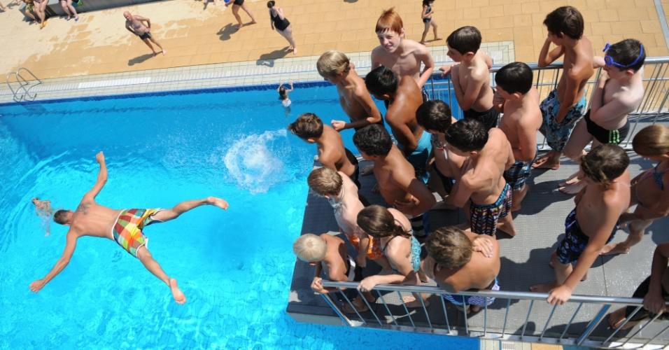 27.jul.2012 - Crianças se divertem em piscina na cidade de Denzlingen, na Alemanha. Termômetros registram altas temperaturas no país durante o verão europeu