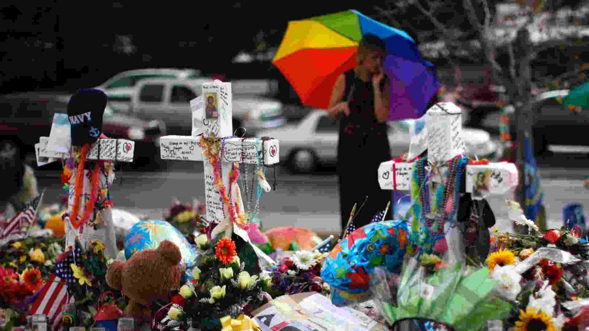 27.jul.2012 - Diariamente, cartas e presentes são deixados no memorial às 12 vítimas que morreram no massacre de Aurora, no Colorado (EUA), há uma semana, em frente ao cinema onde elas foram assassinadas - Rick Wilking/Reuters