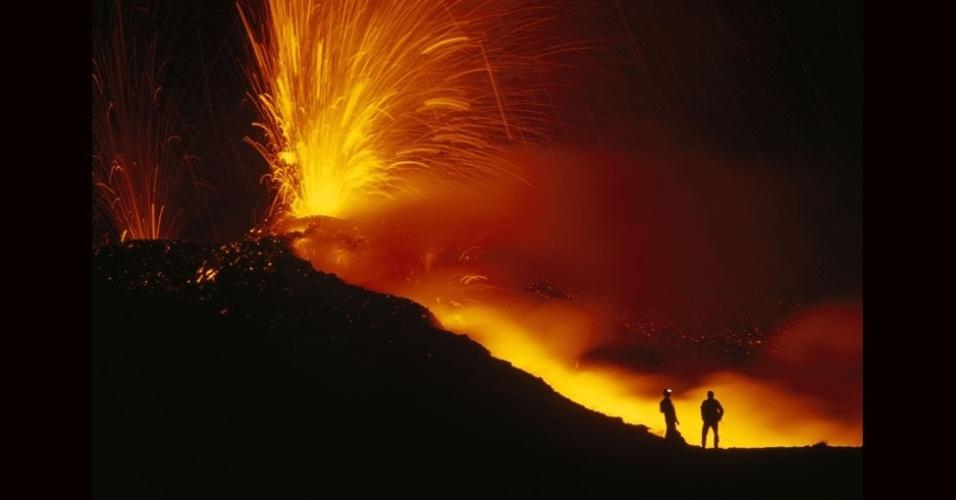 27.jul.2012 - Ele acompanhou uma missão de pesquisadores ao vulcão Nyiragongo, no parque nacional de Virungo, na África central