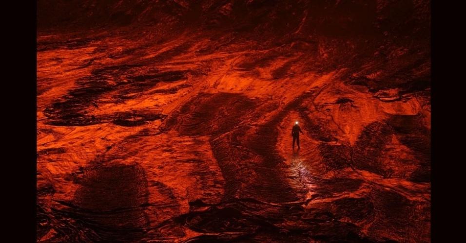 27.jul.2012 - Na foto, pode-se ver um pesquisador que corajosamente caminha pela lava recém-solidificada