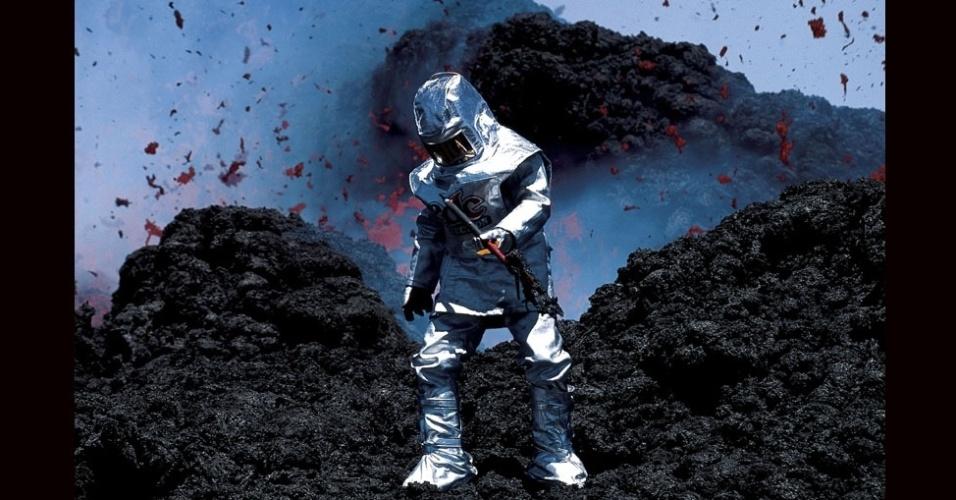 27.jul.2012 - Para chegar tão próximo das erupções, ele teve que vestir esta roupa que mais parecia um traje de astronauta
