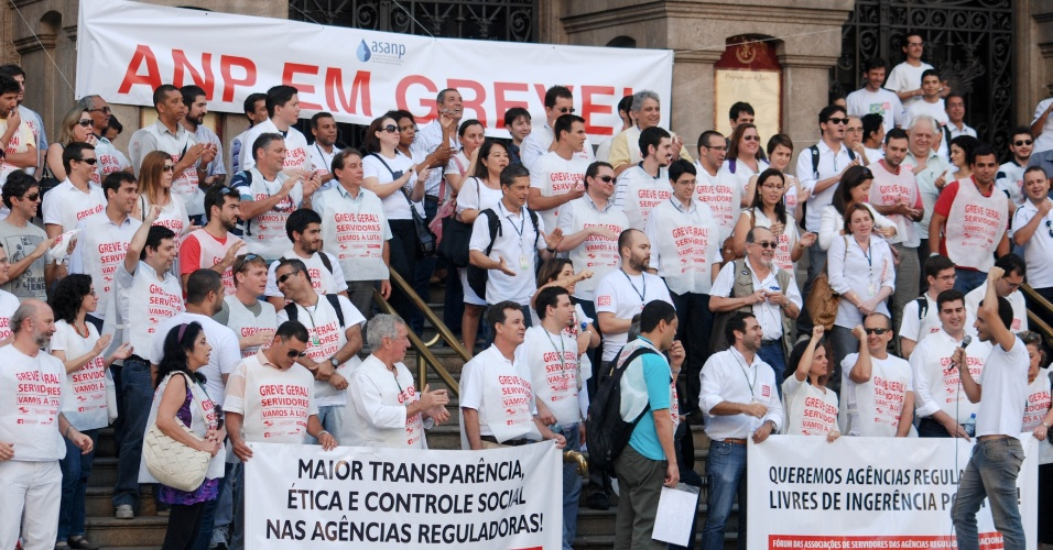 27.jul.2012 - Servidores da Agência Nacional do Petróleo (ANP) em greve realizaram manifestação por melhores salários e autonomia da instituição, em frente ao Theatro Municipal do Rio de Janeiro, na tarde desta sexta-feira (27), no centro da capital