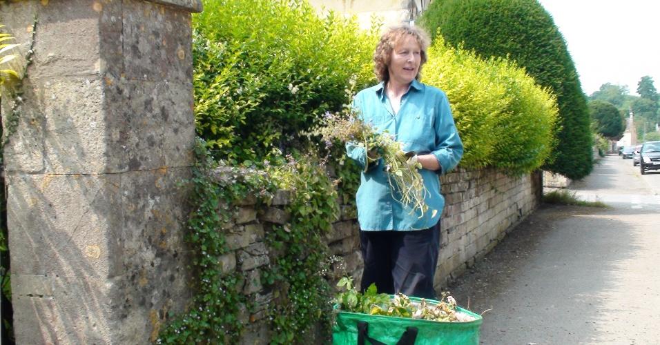 A jardineira Carol Perkins cuida das plantas em propriedade do atual duque de Beaufort, que prefere os cavalos às petecas