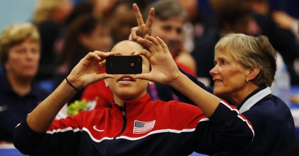 A jogadora de basquete Diana Taurasi, da seleção norte-americana, tira foto durante evento e