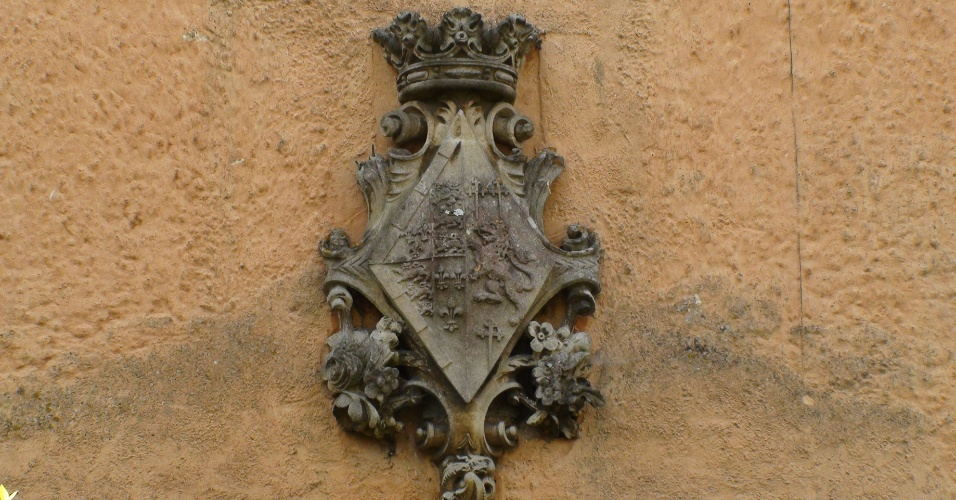 A maioria das casas em Badminton tem o brasão do duque de Beaufort. Umas são habitadas por seus empregados, outras são alugadas