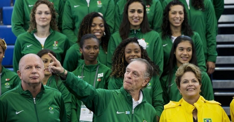 A presidente Dilma Rousseff posa para foto com atletas brasileiros e Carlos Arthur Nuzman presidente do COB durante visita às instalações do Crystal Palace em Londres, local que usado para os treinos da equipe olimpica brasileira