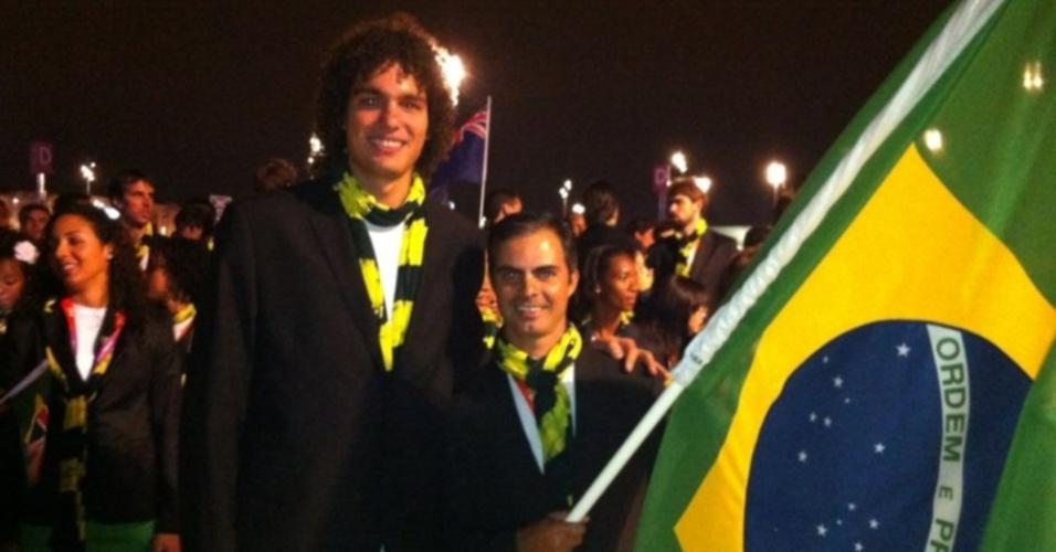Anderson Varejão, do basquete, posa ao lado de Rodrigo Pessoa, do hipismo, porta-bandeira do Brasil na abertura dos Jogos
