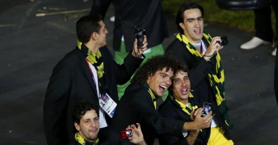 Anderson Varejão e Marcelinho Machado tiram foto durante o desfile brasileiro na Cerimônia