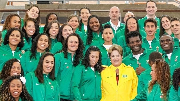 Antes da cerimônia de abertura presidente Dilma posa com atletas da delegação brasileira em Londres, nesta sexta-feira (27), vestida com seu
