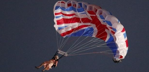 Artista representa Rainha Elizabeth II saltando de paraquedas de helicóptero durante abertura dos Jogos