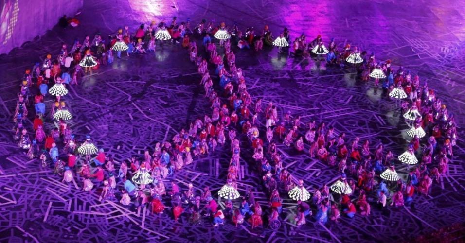 Artistas formam símbolo do movimento hippie durante cerimônia de abertura dos Jogos Olímpicos