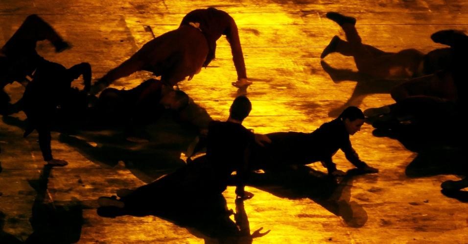 Artistas realizam coreografia durante a cerimônia de abertura dos Jogos de Londres no estádio Olímpico