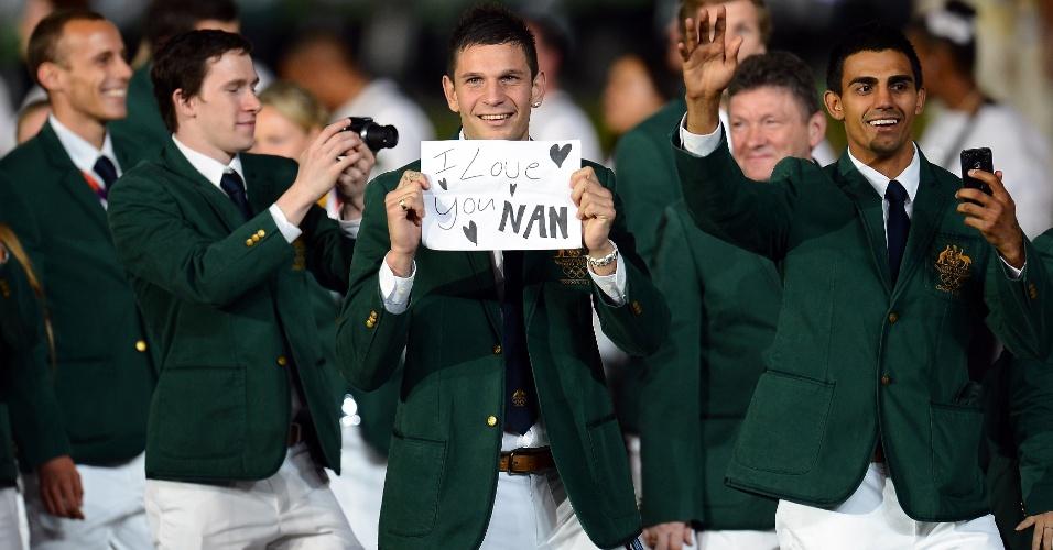Atleta da delegação australiana faz declaração de amor durante desfile da cerimônia de abertura dos Jogos