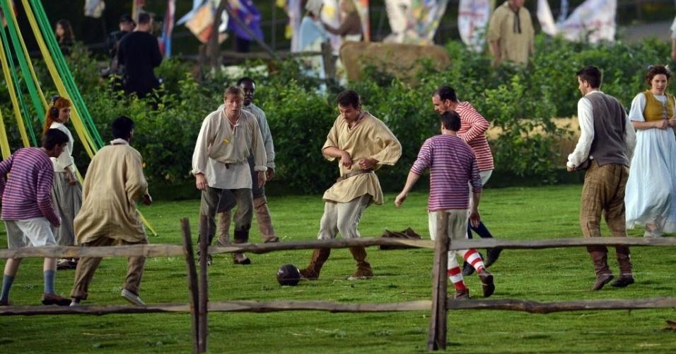 Atores representam início do futebol na Inglaterra durante cerimônia e abertura
