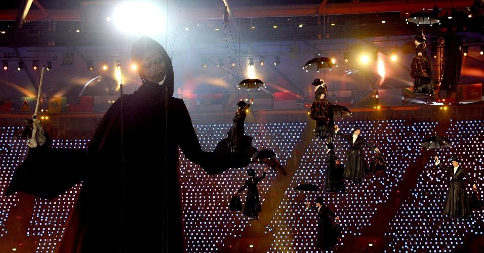 Bonecos gigantes da personagem do filme inglês Mary Poppins flutuam pelo Estádio Olímpico de Londres