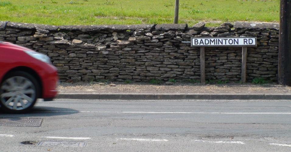 Carro passa pela Badminton Road, principal via de acesso à cidade inglesa que deu nome ao esporte olímpico