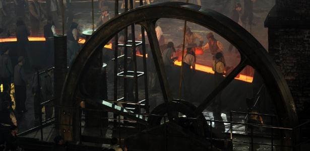 Cenário representa fábricas inglesas durante período da 1ª Revolução Industrial - Stu Forster/Getty Images
