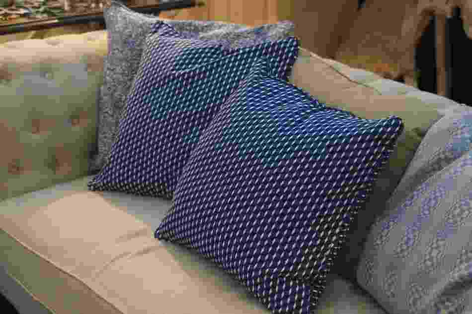 Com padronagens geométricas, os tecidos da linha Optical que revestem essas almofadas foram desenvolvidos pelo designer Fabrizio Rollo para a 6F Decorações (www.6f.com.br) e fazem parte da coleção Connaisseur, exposta na 14ª Abimad, em São Paulo (25 a 28/07/12) - Shin Shikuma/ UOL