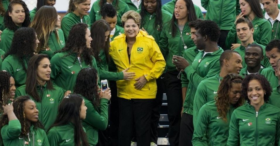 Dilma é abraçada por atletas em reunião para foto em Londres, pouco antes da cerimônia de abertura