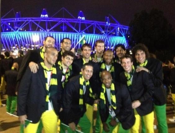 Elenco completo da seleção brasileira de basquete tira foto em frente ao Estádio Olímpico, aonde acontece a Cerimônia de Abertura dos Jogos Olímpicos de Londres
