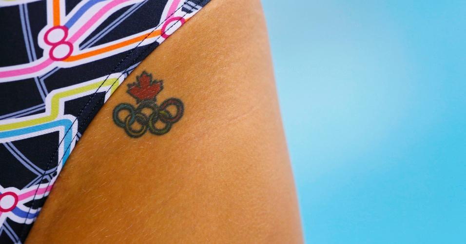 Imagem flagra a tatuagem de aros olímpicos na virilha de uma nadadora canadense durante treino no centro aquático de Londres (27/07/2012)