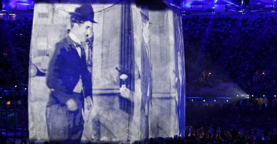 Imagens do ator e cineasta britânio Charlie Chaplin projetadas em telão durante cerimônia de abertura