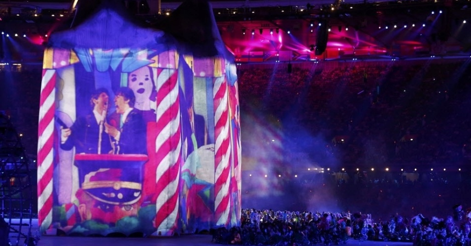 Imagens dos Beatles são projetadas em telão durante cerimônia de abertura dos Jogoss Olímpicos