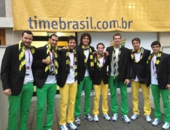 Jogadores da seleção brasileira de basquete masculino tiram foto trajados com a roupa que vão usar na cerimônia de abertura dos Jogos Olímpicos