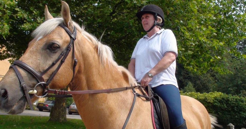 Len Davidson é cavalariça do duque local e passeia com os animais para treiná-los para a corrida anual que acontece por lá