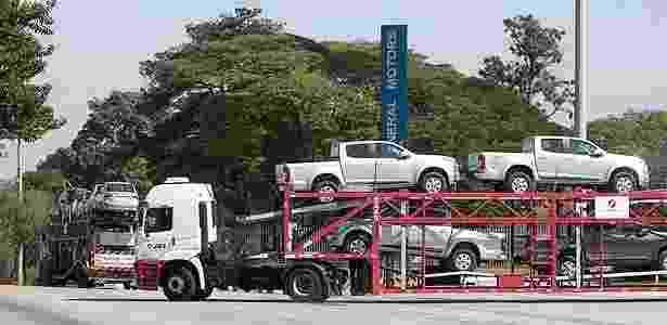 Modelos S10 (à frente) e Classic saem em caminhões da fábrica da GM em São José (SP) - Marcelo Justo/Folhapress
