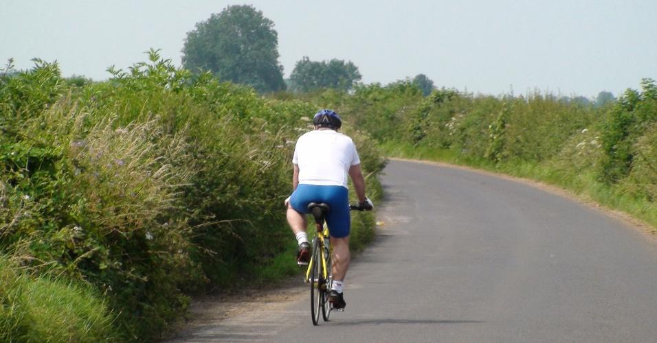 Morador anda de bicicleta na Badminton Road, estrada que leva à cidade que batizou o jogo olímpico das petecas