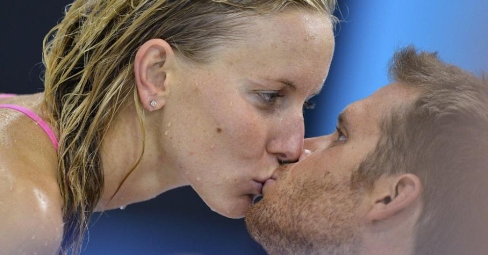 Nadadora norte-americana Jessica Hardy beija namorado suíço Dominik Meichtry durante treinamentos