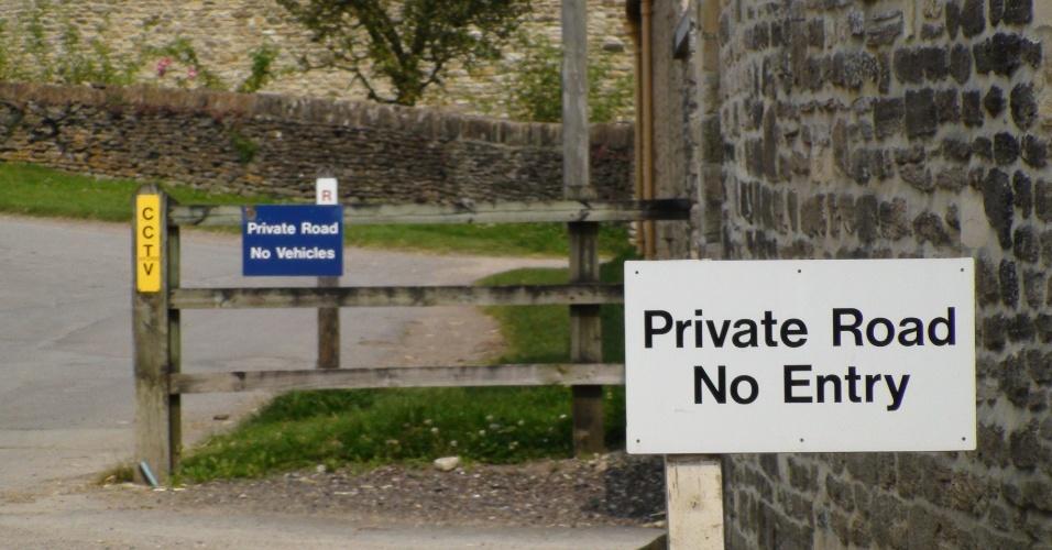 No portão da propriedade aristócratica onde foi regulamentado o badminton há avisos para não entrar e está fechado para a visitação