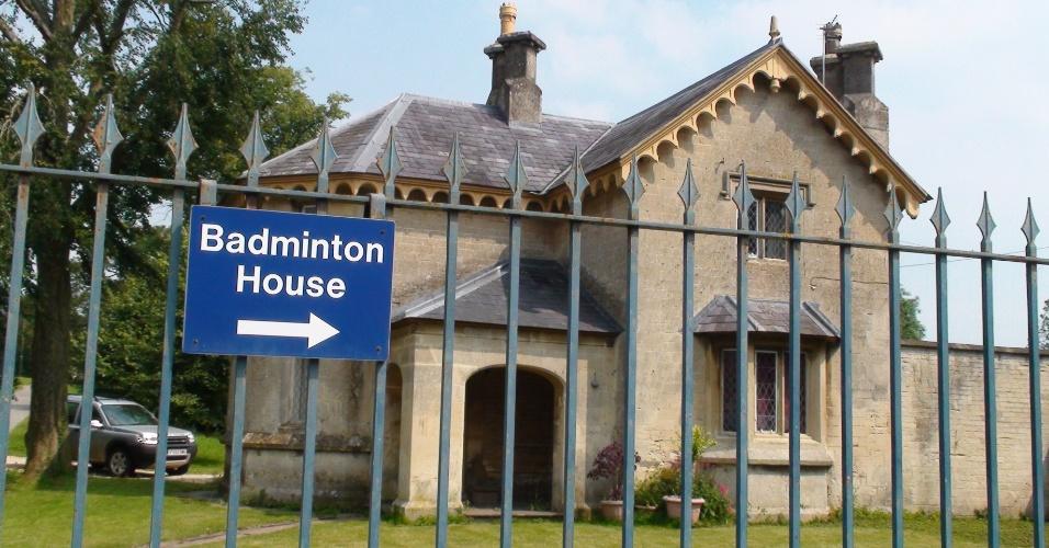 Placa indica a direção da Badminton House, propriedade dos duques de Beaufort onde o jogo de peteca virou um esporte com regras no século 19