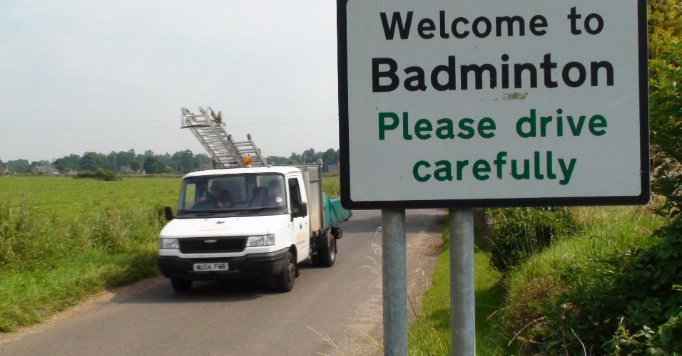 Placa na entrada da cidade inglesa de Badminton avisa para os motoristas dirigirem com cuidado