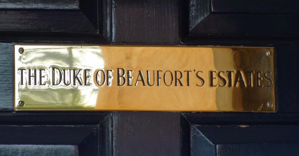 Placa na entrada do escritório do duque de Beaufort, onde se pode alugar para casamentos, congressos e outros eventos o palacete onde foi inventado o badminton