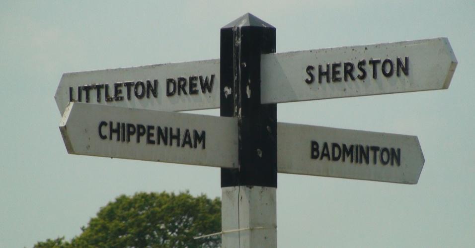 Placa na estrada mostra mostra a direção para cidade que emprestou seu nome para o esporte olímpico das petecas