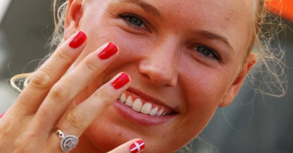 Tenista dinamarquesa Caroline Wozniacki exibe suas unhas pintadas