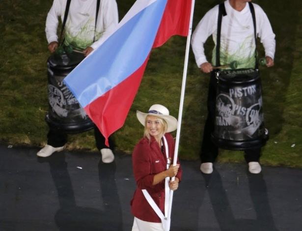 Tenista Maria Sharapova carrega bandeira da Rússia durante desfile de delegações na cerimônia de abertura