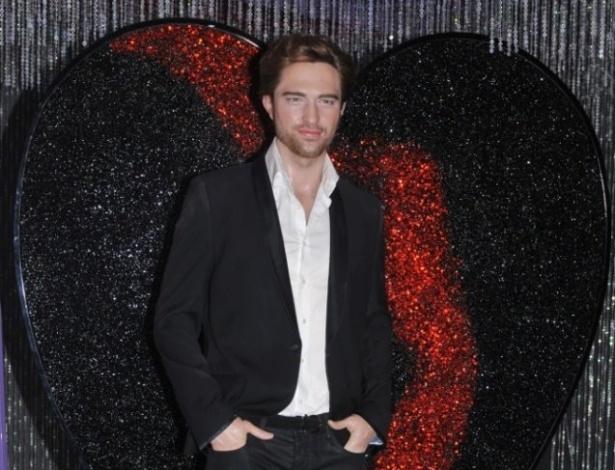 """A estátua de Robert Pattinson no museu Madame Tussauds em Hollywood ganha um coração quebrado, após Kristen Stewart admitir que traiu o ator com o diretor do filme """"Branca de Neve e o Caçador"""". O ator saiu do apartamento em que morava com a atriz (28/7/12)"""