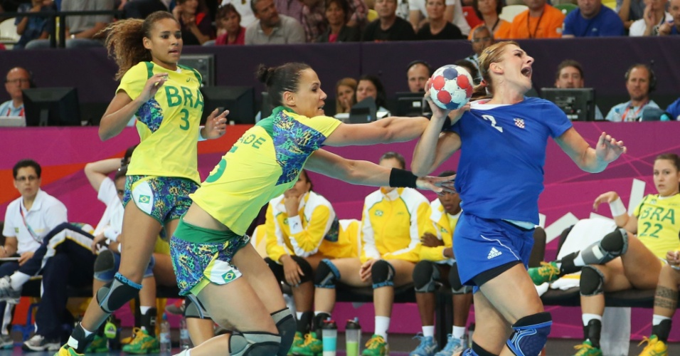 A jogadora brasileira Daniela Piedade agarra a rival croata Miranda Tatari